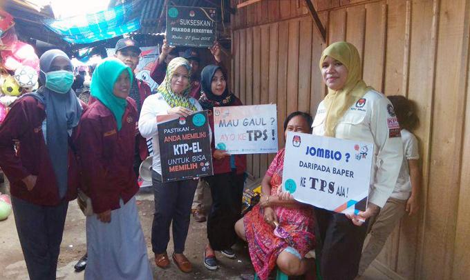 Sosialisasi Pilkada Serentak, Anggota KPU Sinjai Ajak Mahasiswa Blusukan ke Pasar