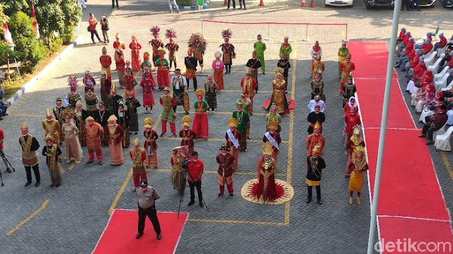 Nakes RSI Siti Hajar Sidoarjo Gelar Upacara HUT RI dengan Kenakan Pakaian Adat