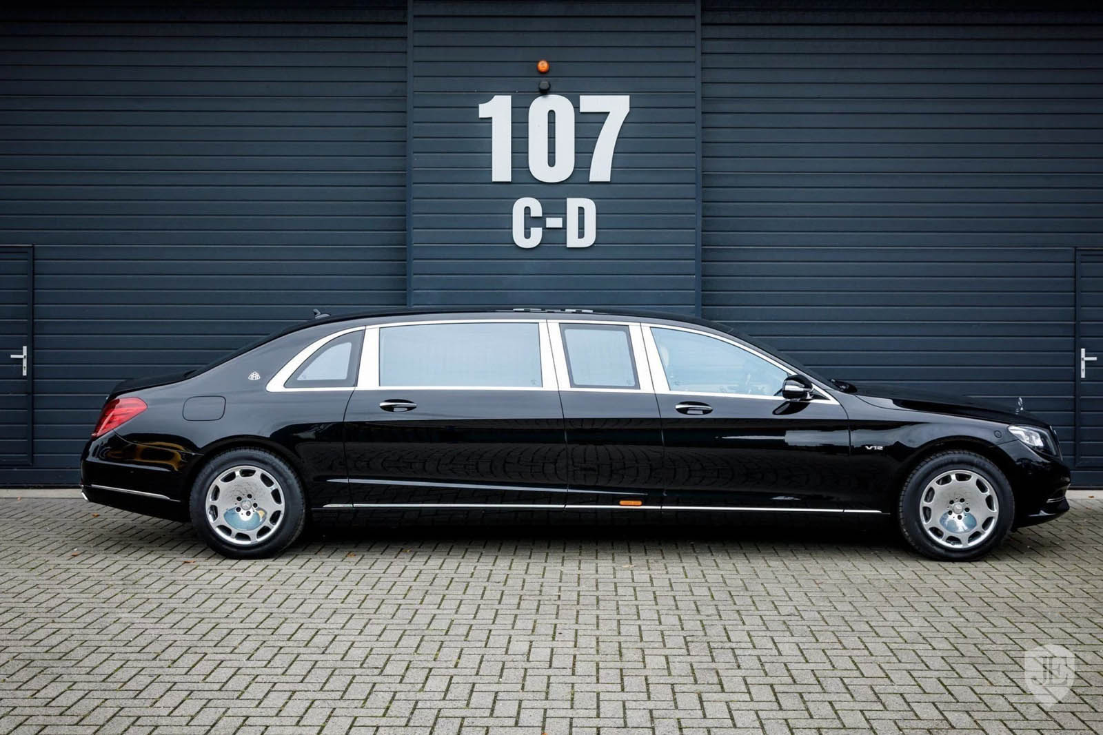 830k for a mercedes maybach s600 pullman is quite a stretch carscoops. Black Bedroom Furniture Sets. Home Design Ideas