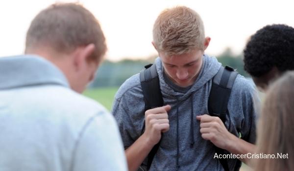 Jóvenes orando en reuniones públicas