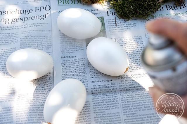 Eier mit Acryllack lackieren.