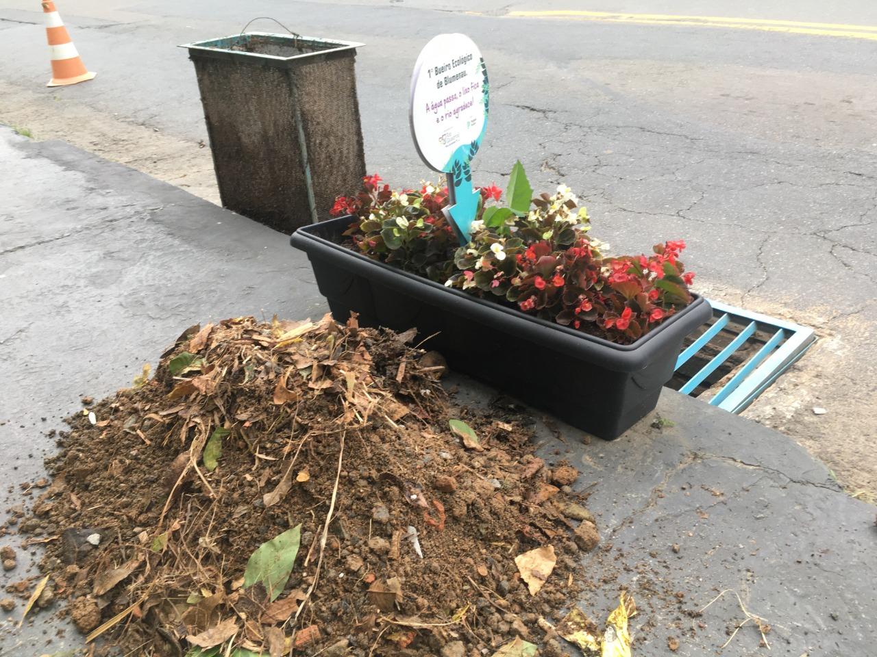 Limpeza do bueiro ecológico com orgânicos e lixo
