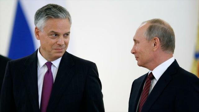 Renuncia embajador de EEUU en Moscú y aboga por diálogo con Rusia
