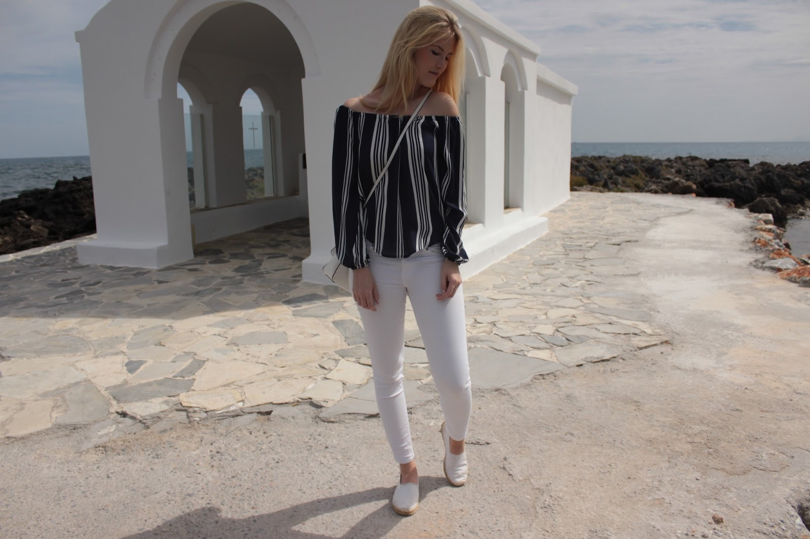 TheBlondeLion Outfit Fashion Off Shoulder blue white stripes Georgioupoli Kreta