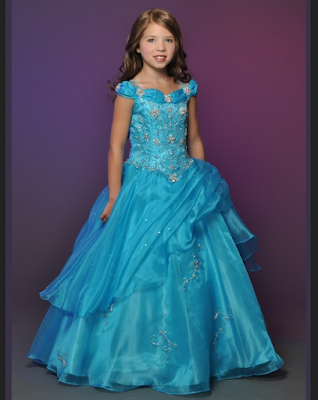 gaun biru ala cinderella yang lucu