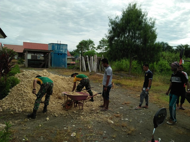 Satgas Pamtas Yonif PR 328 Kostrad Karya Bakti di Puskesmas Kampung Pitewi