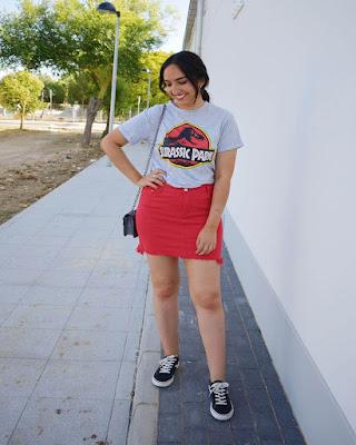 outfit de verano con falda y tenis