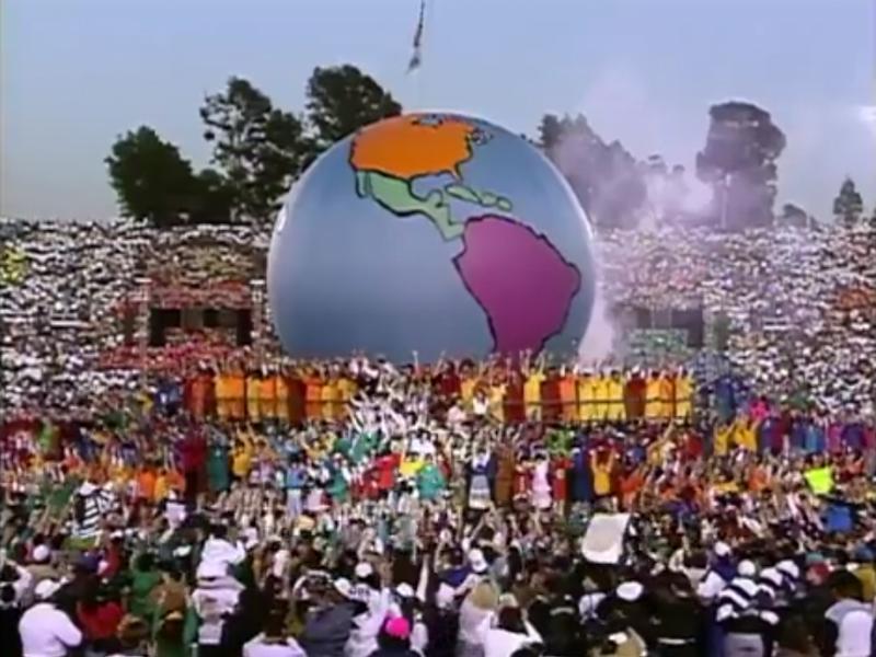 競技場に膨らまされた大きな地球のオブジェ