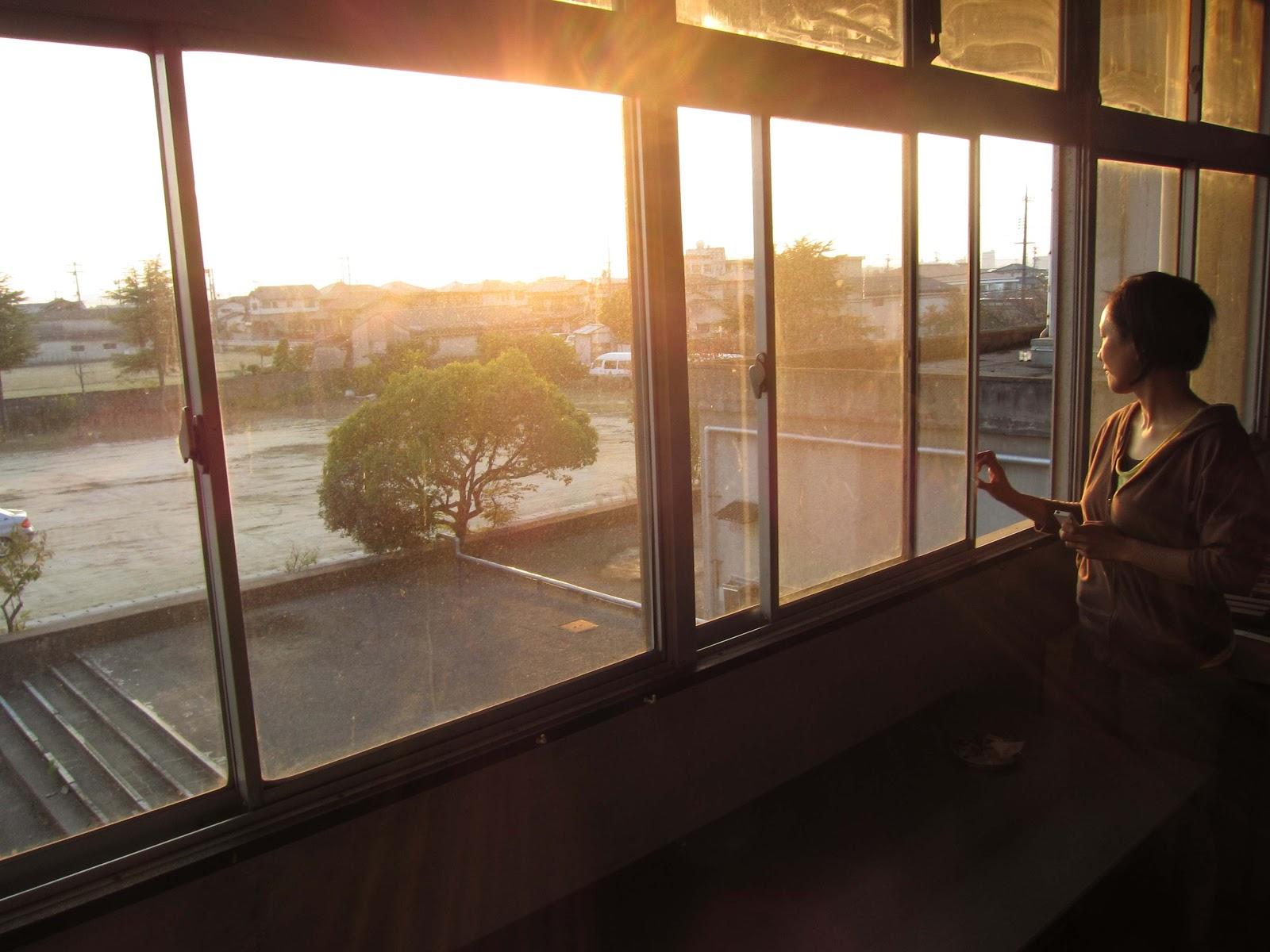 窓辺にたたずむミンファさんも なんだが物憂げに見えたりします。が…  朝鮮学校ダイアローグ bl