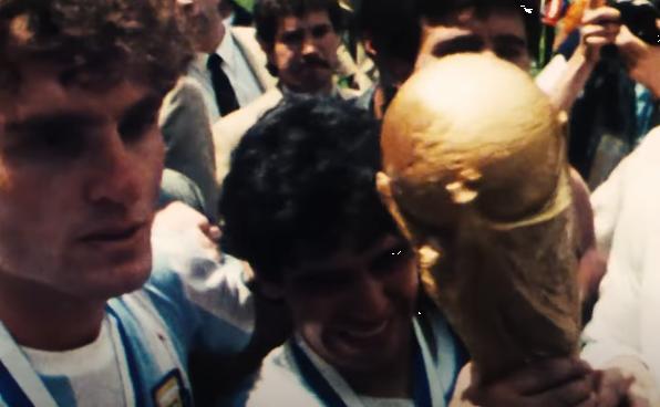 مارادونا يرفع كأس العالم بمونديال 86 بالمكسيك