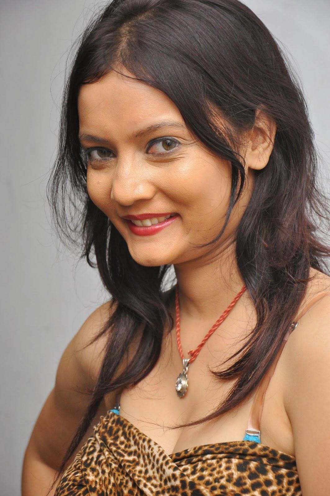 Sanam Latest photos From Maayai Movie - Hot 4 Actress
