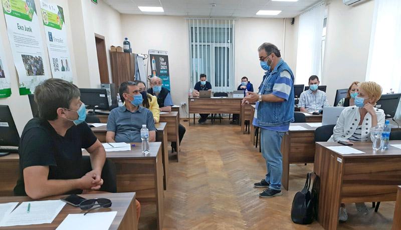 Валерій Пичко читає лекцію у Маріуполі