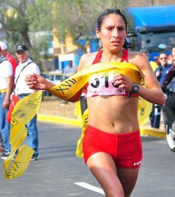 Foto de Gladys Tejeda finalizando maratón