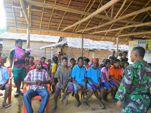 Anggota Koramil Tehoru Gelar Bakti Sosial di Warga Dusun Mangga Dua