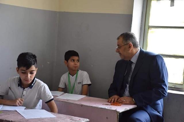 وزير التربية وكالة يتفقد احدى المراكز الامتحانية في الرصافة الثانية.