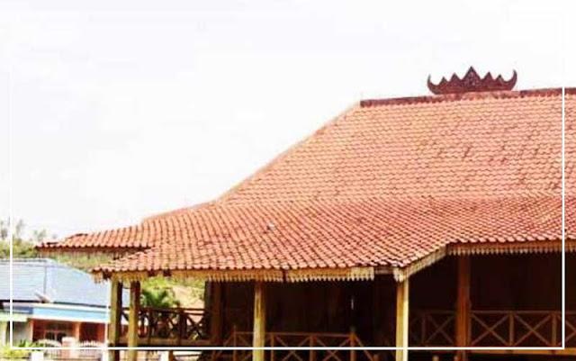 gambar Atap ijan geladak rumah adat Lampung