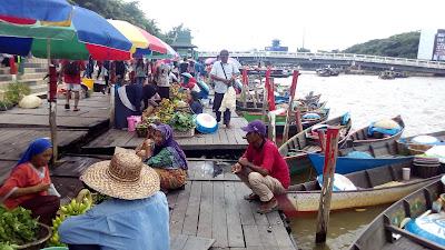 memang pasar apung khas Banjarmasin akan dipindah sementara ke daerah Bundaran Hotel Ind ExploreBandung; Pasar Apung di Bundaran HI Jakarta
