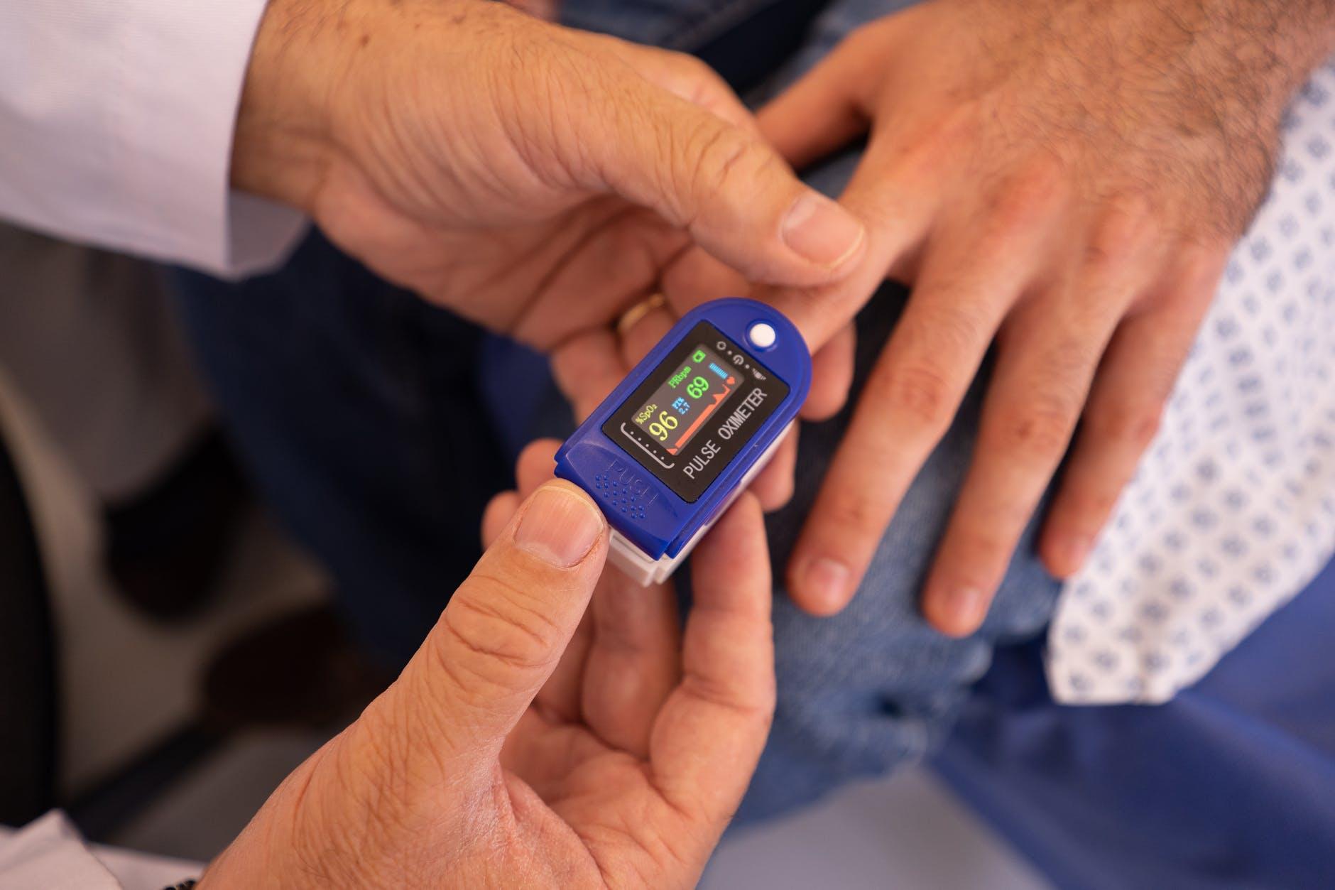 cara-mengetahui-rentang-angka-yang-menunjukkan-tekanan-darah-normal-berdasarkan-usia-anda