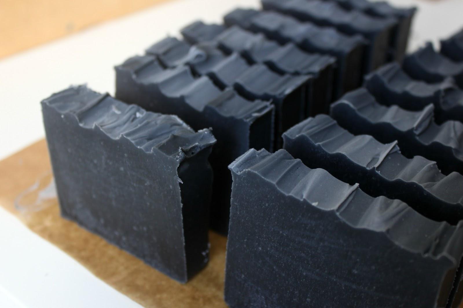 recette savon tonique saponifié à froid huiles essentielles menthe poivrée eucalyptus charbon activé