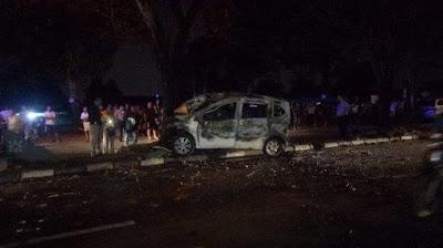 Tabrak Pohon, Honda Freed Terbakar di Depan Pajak USU