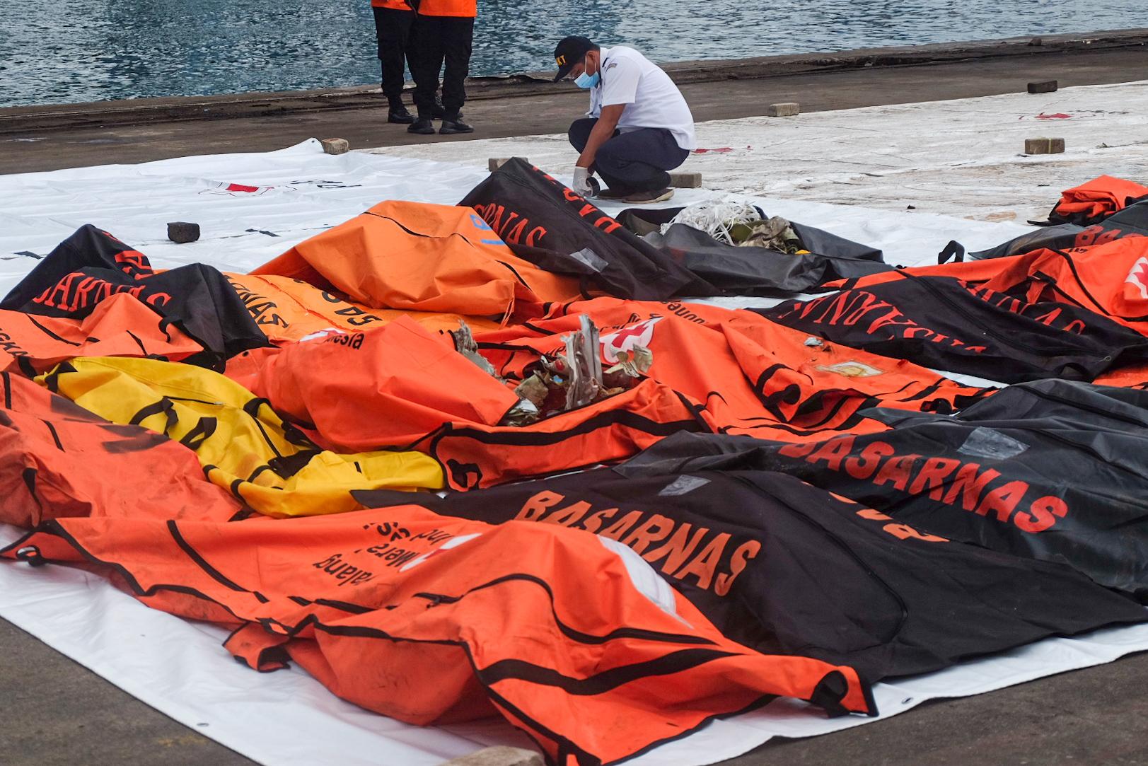 Tim SAR Bawa 17 Kantong Jenazah Berisi Potongan Tubuh Korban Sriwijaya Air SJ 182