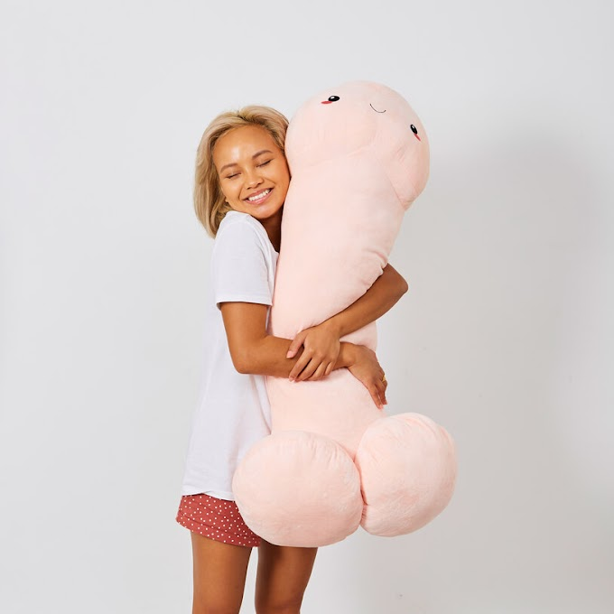 El regalo ideal para todo el mundo... El pene gigante adorable y achuchable.