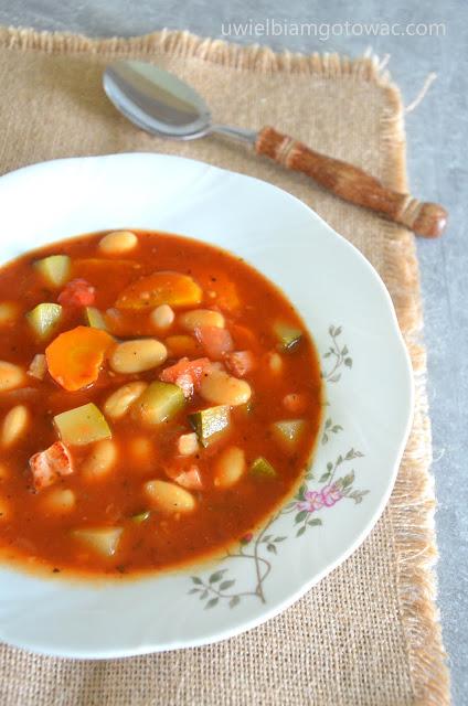 Zupa z białą fasolą i cukinią