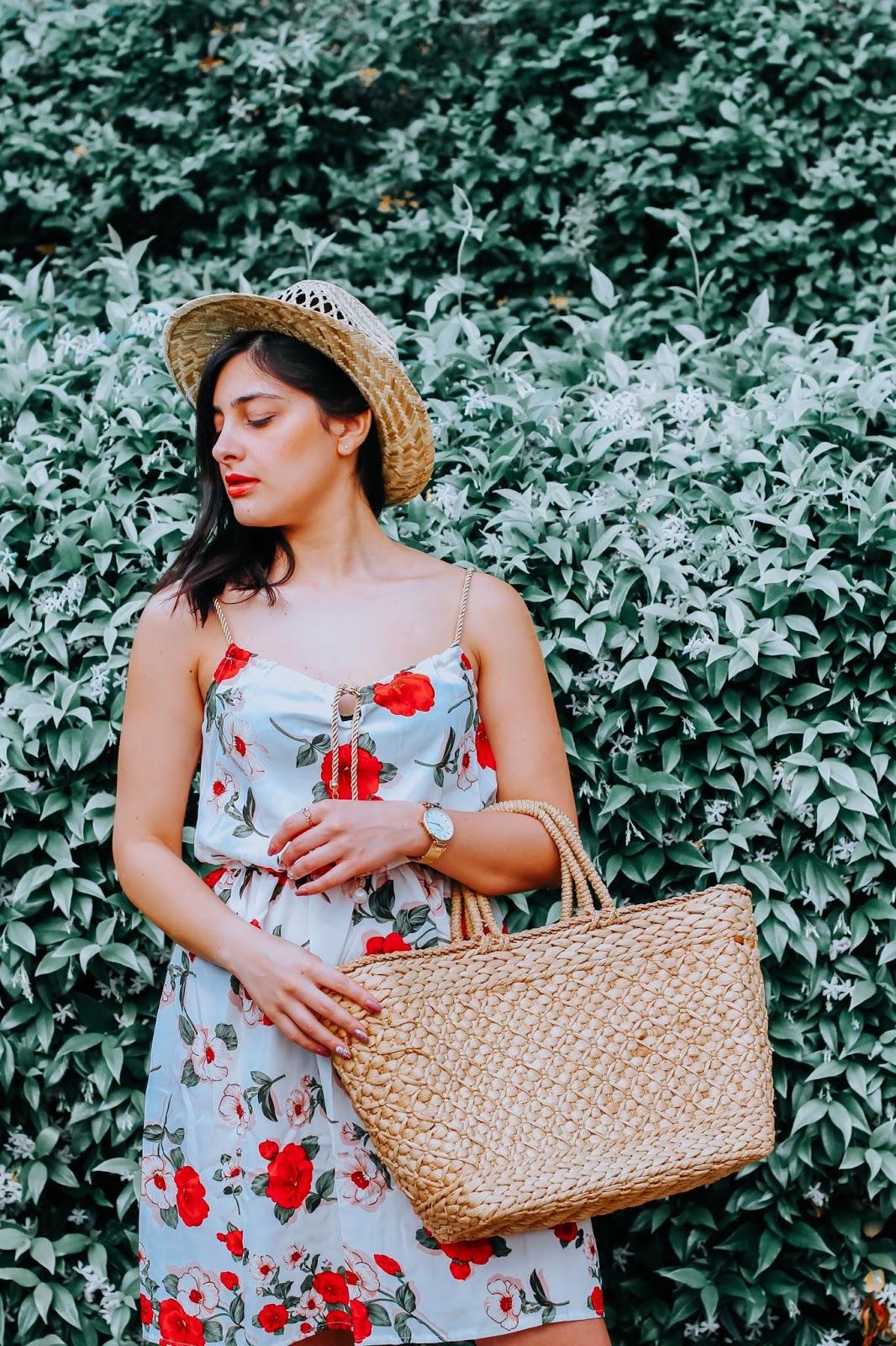 ragazza vestito fiori e cappello di paglia