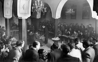 Alekhine en Lérida jugando al ajedrez en 1944