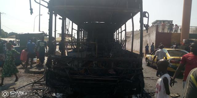 Guinée/manifestation du FNDC: un bus de la SOTRAGUI brûlé par les manifestants à Conakry