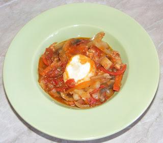 shakshouka, saksuka, oua in sos de rosii, mancare israeliana, retete culinare, retete de mancare, retete,