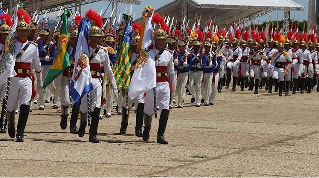 Praça dos Três Poderes recebe 2ª Troca da Bandeira de 2020