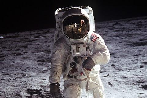 Döbbenetes! Ennyit fizettek a Holdra csempészett levélért egy árverésen