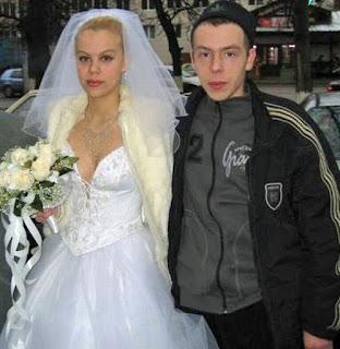 Hochzeit lustig - schönes Brautkleid, hässlicher Bräutigam ohne Anzug