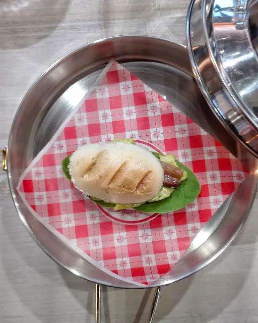Pulguita de anchoa, aguacate y espinacas