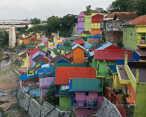 Tinuku.com Full color Jodipan village project by Indana Paint and studio Guys Pro in Malang