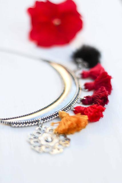 collier, pompons, tassels, couleurs, rouge, jaune,noir, photo-emmanuelle-ricard