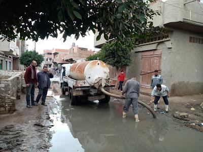 بريك ورئيس الوحدة المحليه لقرية ميت الديبه يقومون بجهود كبيرة بإزالة مياة الأمطار والصرف الصحي بالقرية، والأهالي يناشدون المحافظ بتنفيذ محطة الصرف الصحي