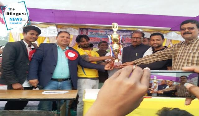 फाइनल मैच में पकड़ी दयाल ने शिकारगंज को हराया, पूर्व विधायक ने खिलाड़ियों को किया सम्मानित