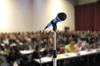 Cuatro cosas que no debes hacer al hablar en público