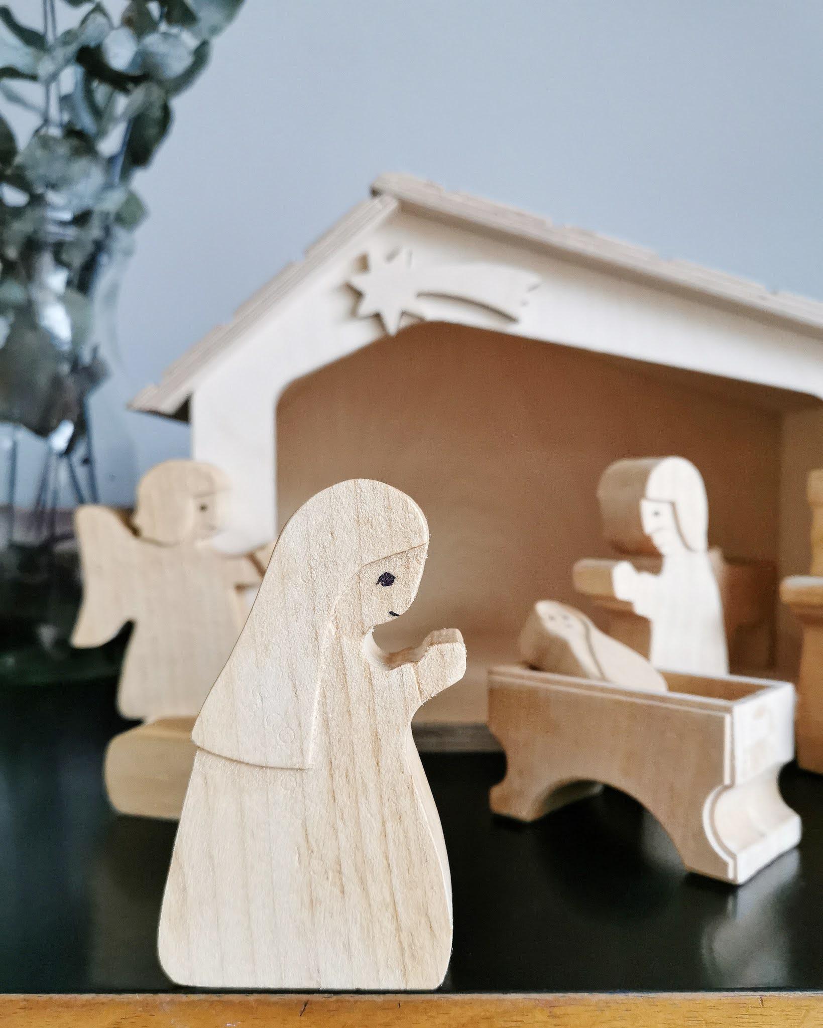 Geschenkideen von Herzen statt von der Stange, einzigartig und individuell: Die Krippe für Weihnachten Figuren und Tieren aus hellem und dunklen Holz von Holzlinge und Dinge / Mehr schöne Geschenkideen gibt es auf judetta.de