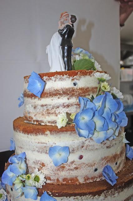 Naked cake Hochzeitstorte mit Beerenfüllung - Sommerliche Vintage-Hochzeit in Himmelblau und Weiß im Riessersee Hotel Garmisch-Partenkirchen - blue white vintage wedding in Bavaria - #Riessersee #Garmisch #Hochzeitshotel #Bayern #wedding venue #Bavaria #Vintage #Himmelblau
