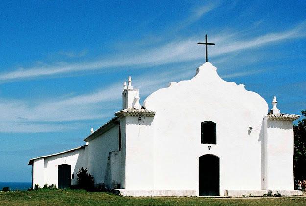 Igreja de Trancoso com o oceano mais ao fundo