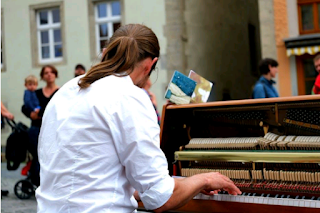 pria bermain piano