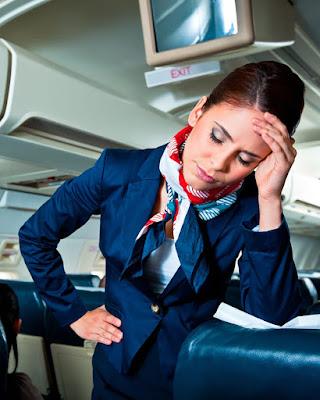 Pramugari kelelahan di pesawat setelah layani penumpang