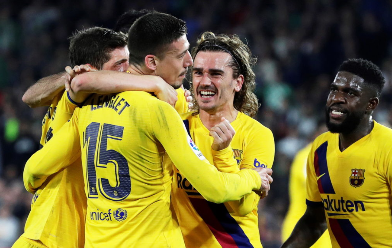 Barcelona players celebrate 3-2 victory against Real Betis