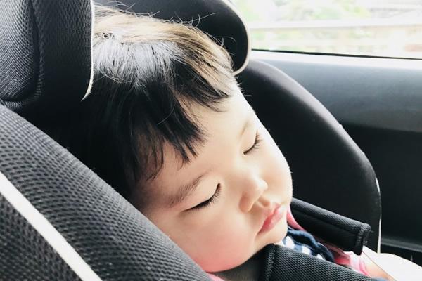 車に乗って寝る子供(チャイルドシート)