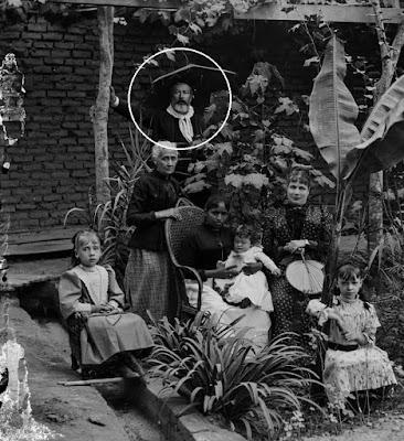 Eugène Courret (en el circulo blanco) en foto familiar en Miraflores. Archivo BNP.