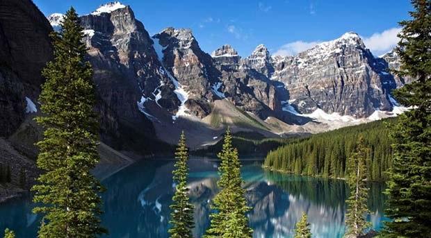 Lago Glacial Moraine no Parque Nacional de Banff, Canadá