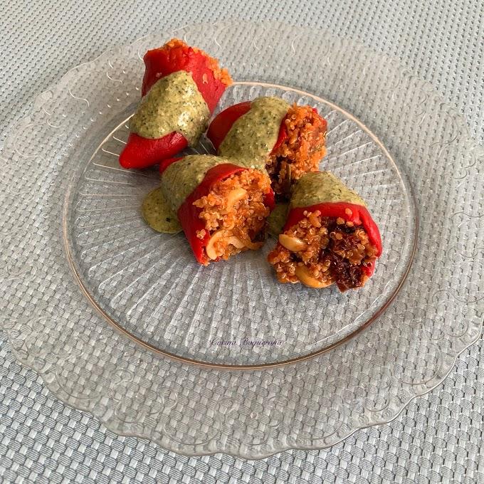Pimientos del piquillo rellenos de quinoa con salsa pesto de coco